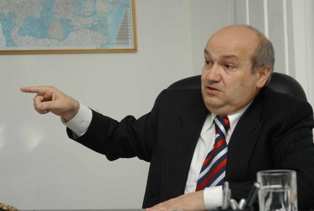 Marian Petre Miluţ (57 de ani) este acţionarul majoritar al Prefab şi controlează peste 80% din companie prin intermediul firmei Romerica International.