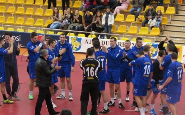 Primarul Daniel Ştefan Drăgulin, în mijlocul echipei de handbal a Călăraşiului . Edilul a fost cel mai important sustinator al echipei | Foto:Facebook