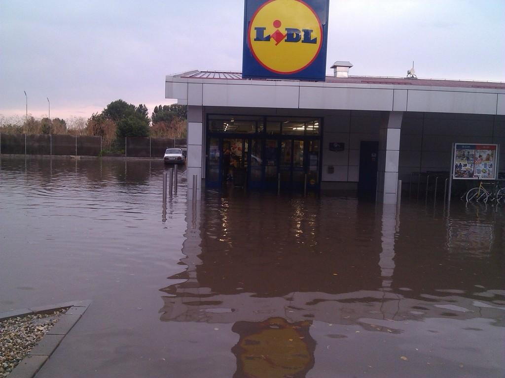 Hypermarketul LIDL, din nou afectat de inundatii