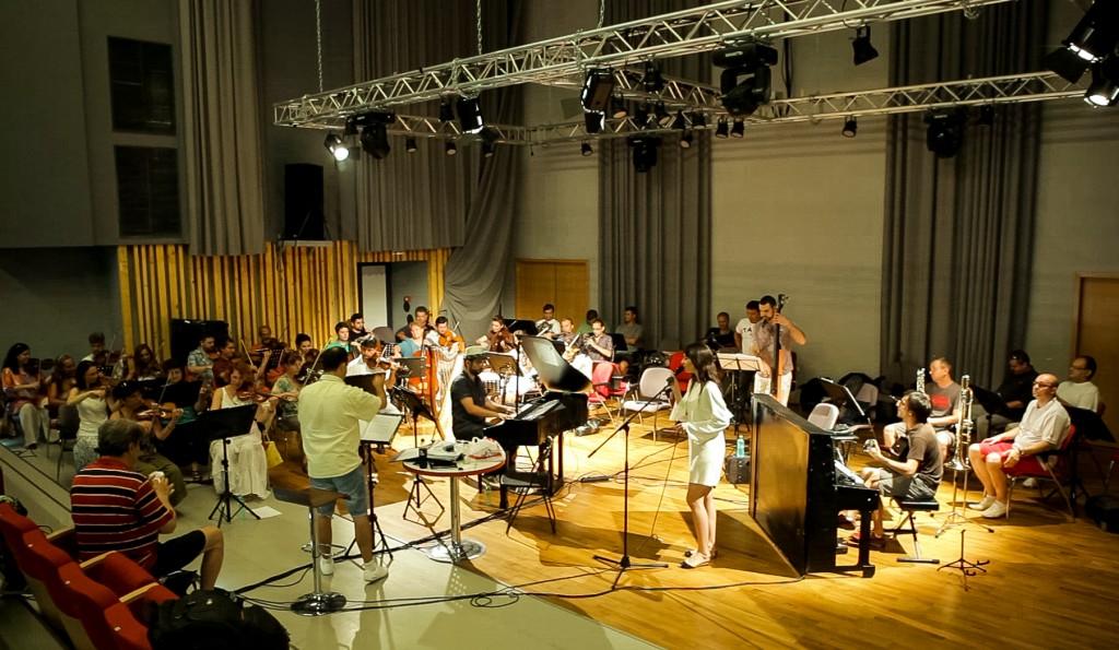 Alexandra Usurelu si o parte din orchestra Radio, la repetitii