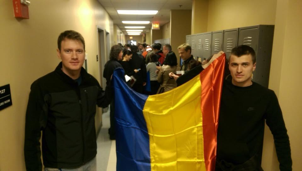 Doi dintre cei 25 de olteniteni care asteapta de mai bine de 4 ore sa voteze ( in imagine, Luca Razvan si Cristi Meleaca)